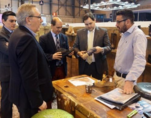 El alcalde de Almansa visita a los fabricantes locales en la feria MOMAD Shoes
